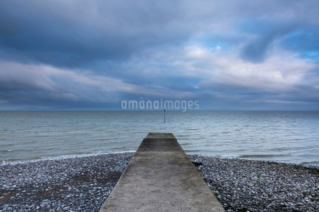 Jetty with stormy ocean view, Silloth, Cumbria, UKの写真素材 [FYI02180293]