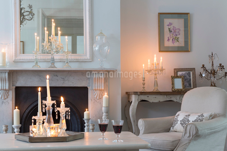 Candlelit luxury home showcase interior living room with fireplaceの写真素材 [FYI02180309]