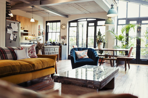 Home showcase open plan living room, dining room and kitchenの写真素材 [FYI02180323]