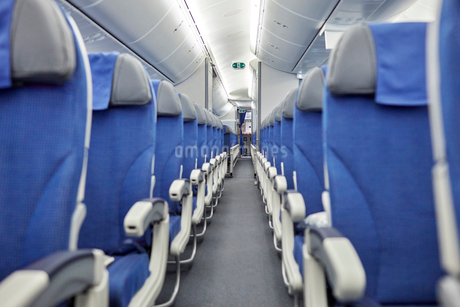 Empty blue seats in a row in airplaneの写真素材 [FYI02180329]
