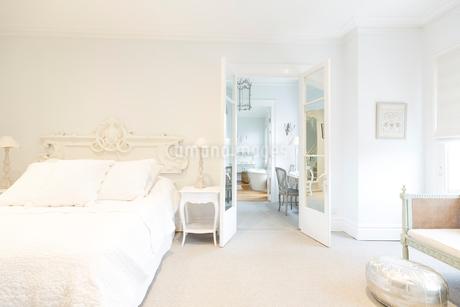 White, luxury home showcase interior bedroomの写真素材 [FYI02180344]