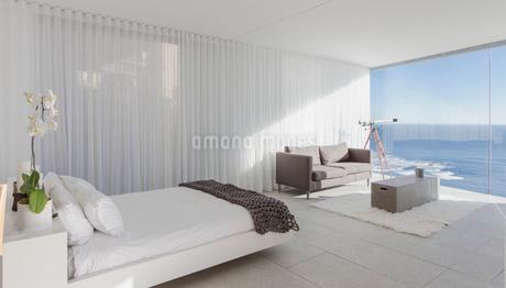 Modern, luxury home showcase bedroom with ocean viewの写真素材 [FYI02180363]