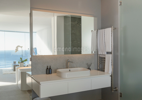 Sink in modern, luxury home showcase interior bathroomの写真素材 [FYI02180408]