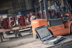 Digital blueprints on laptop in steel millの写真素材 [FYI02180429]