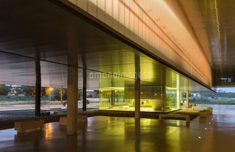 Illuminated modern office lobbyの写真素材 [FYI02180433]
