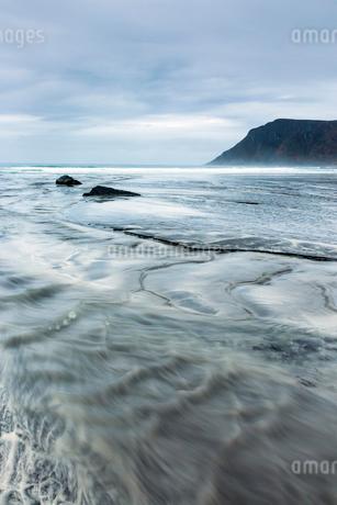 Ocean tide, Skagsanden Beach, Lofoten, Norwayの写真素材 [FYI02180464]
