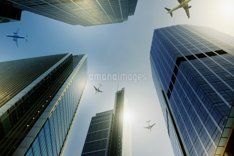 Airplanes flying over highrise buildings, travel conceptの写真素材 [FYI02180499]