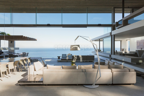 Modern, luxury home showcase interior living room open to ocean viewの写真素材 [FYI02180565]