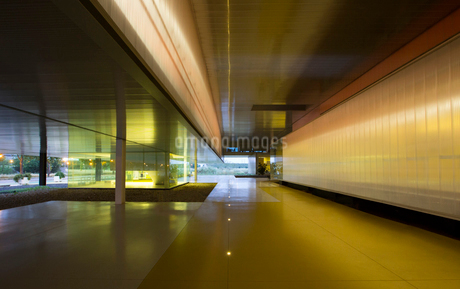 Illuminated architectural modern office lobbyの写真素材 [FYI02180617]
