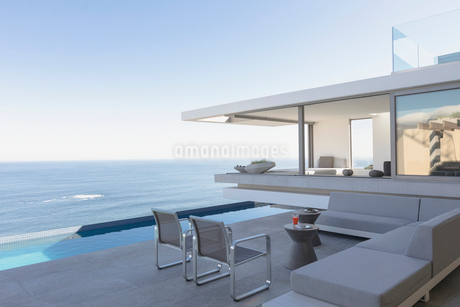 Modern, luxury home showcase exterior patio with lap pool and ocean viewの写真素材 [FYI02180665]