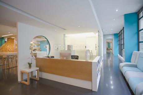 Modern, creative office reception desk and lobbyの写真素材 [FYI02180672]