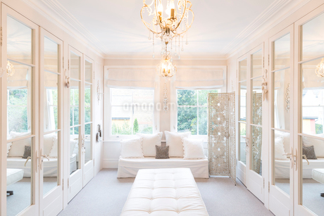 White, luxury home showcase interior dressing room with mirrored closetsの写真素材 [FYI02180703]