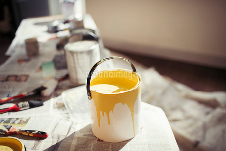 Yellow paint in paint canの写真素材 [FYI02180722]
