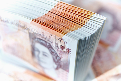Close up ten pound note stackの写真素材 [FYI02180736]