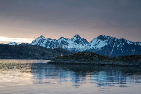 Tranquil view of snowy mountains beyond fjord, Maervoll, Lofoten, Norwayの写真素材 [FYI02180754]