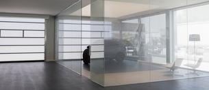 New car in modern car dealership showroomの写真素材 [FYI02180763]