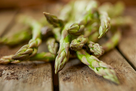 Still life close up fresh, organic, healthy, green asparagus tips on woodの写真素材 [FYI02180770]