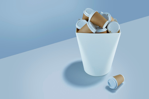 Recyclable coffee cups stacked in garbage canの写真素材 [FYI02180779]