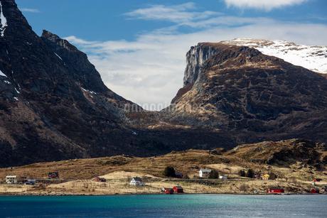 Mountains over remote seaside houses, Krystad, Lofoten, Norwayの写真素材 [FYI02180853]