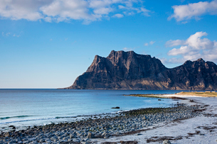 Craggy cliffs and remote ocean beach, Utakliev, Lofoten, Norwayの写真素材 [FYI02180854]