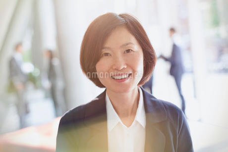 Portrait smiling businesswomanの写真素材 [FYI02180863]