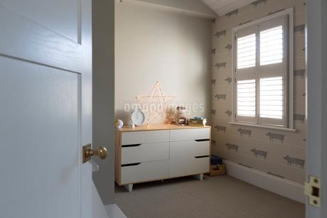 Illuminated string light star on dresser in child's bedroomの写真素材 [FYI02180914]