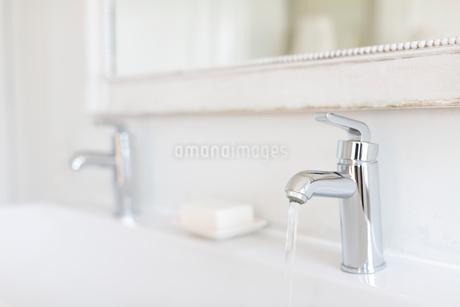 Luxury, modern stainless steel bathroom faucetの写真素材 [FYI02180933]