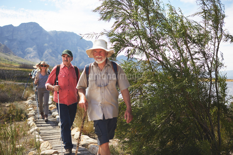Active senior friends hiking along footpathの写真素材 [FYI02180987]