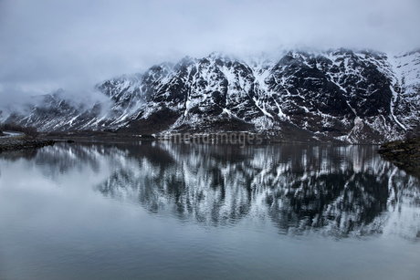 Fog over snowy, remote mountains and water, Lia, Langoya, Vesteralen, Norwayの写真素材 [FYI02180989]