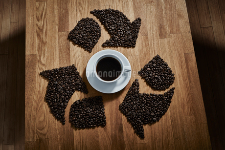 Coffee beans forming recycle symbol around coffee cupの写真素材 [FYI02181037]