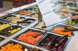 Salad bar items and tongs in grocery store marketの写真素材 [FYI02181057]