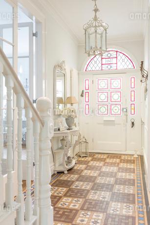 White, luxury home showcase interior foyer with chandelierの写真素材 [FYI02181073]