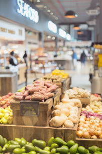 Fresh, organic produce on display in grocery store marketの写真素材 [FYI02181091]