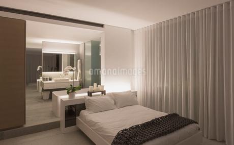 Illuminated modern, luxury home showcase interior bedroomの写真素材 [FYI02181122]