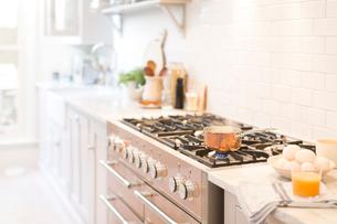 Copper pot on kitchen stoveの写真素材 [FYI02181127]