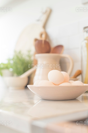 Still life eggs in bowl on kitchen counterの写真素材 [FYI02181128]