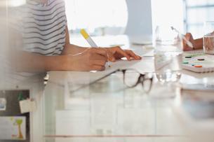 Creative businesswoman brainstorming, writingの写真素材 [FYI02181212]