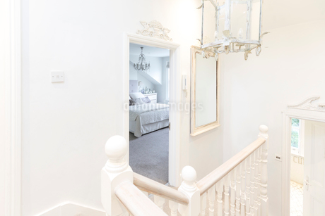 White, home showcase luxury stair landing with view of bedroomの写真素材 [FYI02181245]