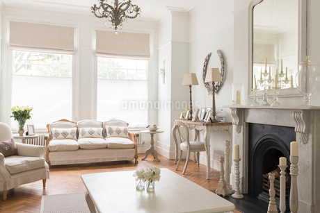 Luxury home showcase interior living room with fireplaceの写真素材 [FYI02181307]