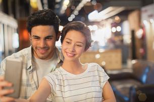 Young couple taking selfieの写真素材 [FYI02181368]