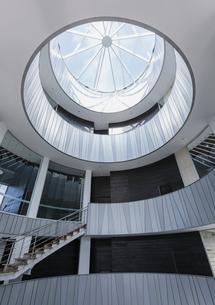 Glass window rotunda architecture in modern office atriumの写真素材 [FYI02181382]