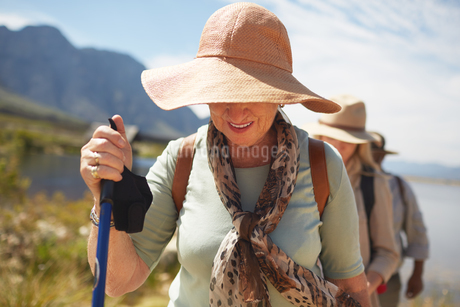 Active senior woman in sun hat hikingの写真素材 [FYI02181417]