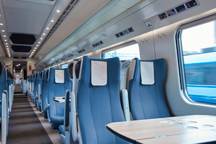 Seats and table on empty passenger trainの写真素材 [FYI02181456]