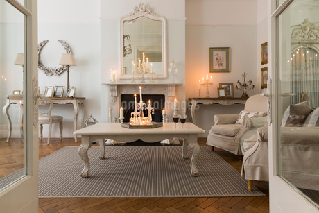 Candlelit luxury home showcase interior living room with fireplaceの写真素材 [FYI02181513]