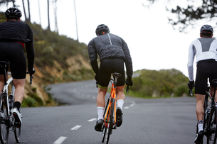 Male cyclists cycling on roadの写真素材 [FYI02181574]