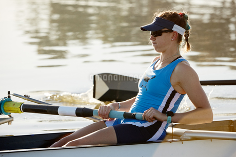 Determined female rower rowing scullの写真素材 [FYI02181578]