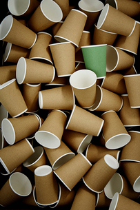 Full frame green recyclable coffee cup among disposable cupsの写真素材 [FYI02181678]