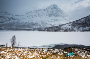 Tranquil, remote snow covered craggy mountains and fjord, Austpollen, Hinnoya, Norwayの写真素材 [FYI02181681]