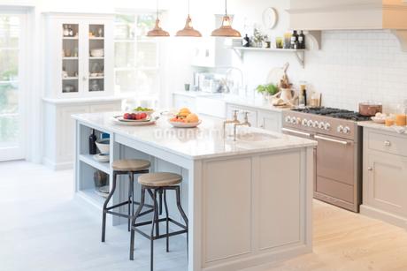 Luxury home showcase kitchenの写真素材 [FYI02181718]