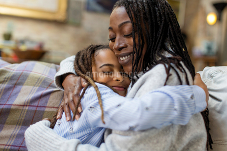 Affectionate mother and daughter huggingの写真素材 [FYI02181727]